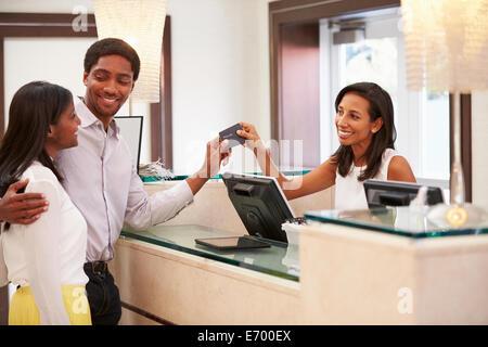 Couple de l'enregistrement à la réception de l'hôtel Banque D'Images