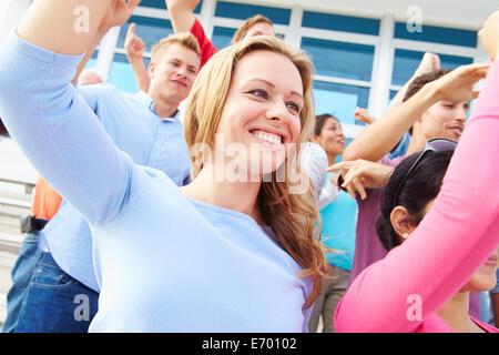 La danse de l'auditoire à la performance de Concert en plein air Banque D'Images