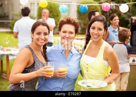 Mère avec filles adultes bénéficiant d'Party in Garden Banque D'Images
