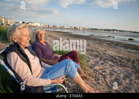 Mère et fille enjoying view on beach Banque D'Images