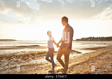 Jeune couple walking on beach Banque D'Images