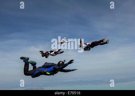 Quatre jeunes hommes adultes skydivers free falling, Siofok, Somogy, Hongrie Banque D'Images