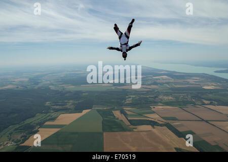 Homme à l'envers au-dessus de freefly parachutiste, Somogy Siofok, Hongrie Banque D'Images