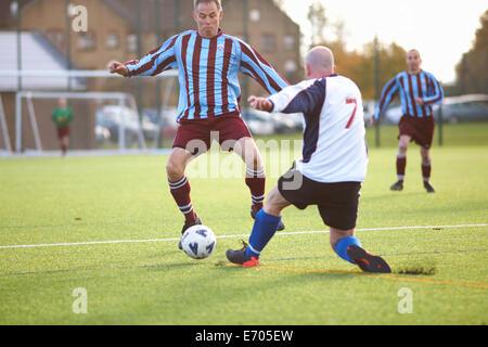 Les joueurs de football bat pour ball Banque D'Images