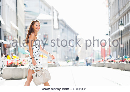 Mid adult woman walking outdoors, portrait Banque D'Images