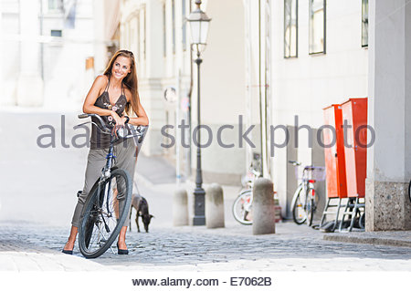 Portrait of mid adult woman with bicycle Banque D'Images