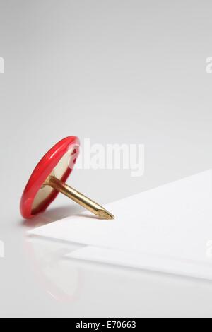 Close up of dimensions broche sur le coin de papier vierge Banque D'Images
