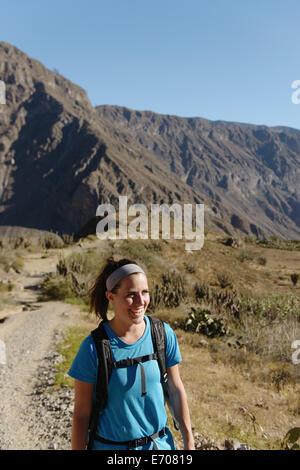 Jeune femme en randonnée dans le Canyon de Colca, Peru, Pérou Banque D'Images