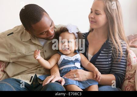 Mère et père holding baby daughter Banque D'Images