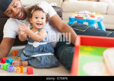 Père jouant avec sa jeune fille Banque D'Images