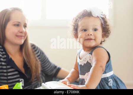 Mère regardant jeune fille jouer Banque D'Images