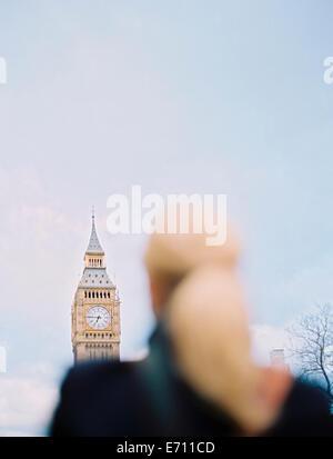 Une femme à la recherche de Big Ben, la Tour Elizabeth au chambres du Parlement à Londres. Banque D'Images