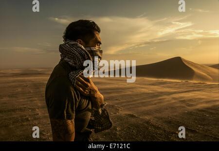 Homme portant un foulard, les dunes de sable de Glamis, California, USA Banque D'Images