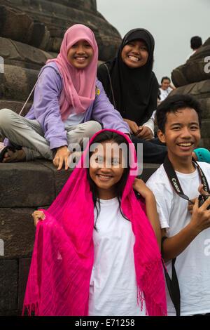 Borobudur, à Java, en Indonésie. Jeunes indonésiens visiter le Temple. Banque D'Images