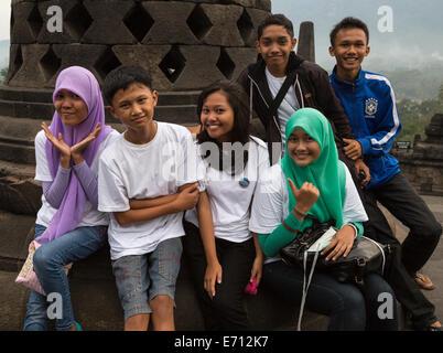 Borobudur, à Java, en Indonésie. Jeunes indonésiens qui pose pour leur photo lors de la visite du Temple. Banque D'Images
