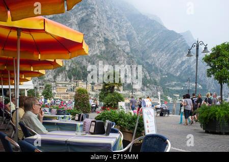 Les vacanciers manger dehors à l'extérieur d'un restaurant dans la ville pittoresque de Limone sur les rives du Banque D'Images
