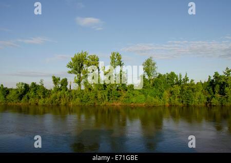 USA, Ohio, rivière Tombigbee. Rivière typique vue de la voie navigable Tombigbee en été. Banque D'Images