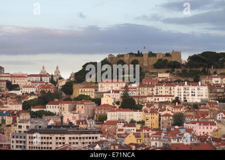 Vue sur St George's Castle de Jardim de Sao Pedro de Alcantara, Lisbonne, Portugal Banque D'Images
