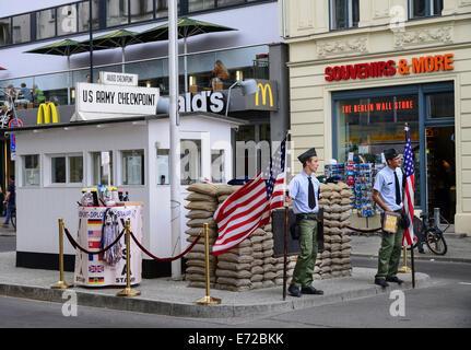 Allemagne, Berlin, le Checkpoint Charlie entre nous de contrôle de l'armée et la reconstruction de l'ancien poste Banque D'Images