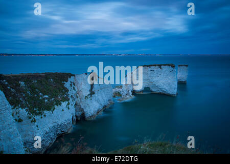 Le crépuscule sur le blanc des falaises et rochers à Harry Studland, à l'île de Purbeck, Jurassic Coast, Dorset, Banque D'Images