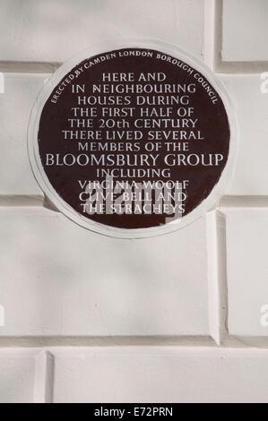 Une plaque en céramique à 50 Gordon Square, à Camden, qui était à la maison à plusieurs membres du Bloomsbury group, y compris Virginia Woolf. Londres, Angleterre.