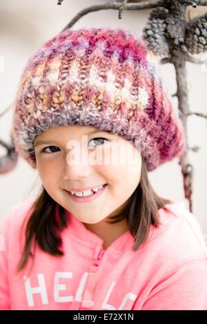 Portrait of smiling girl (6-7) wearing Knit hat Banque D'Images