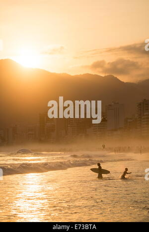 Au coucher du soleil de la plage d'Ipanema, Rio de Janeiro, Brésil, Amérique du Sud Banque D'Images