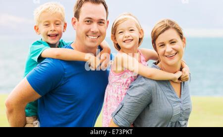 Portrait de famille heureuse à l'extérieur sur l'herbe Banque D'Images