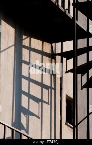 Escaliers et leur ombre contre un mur blanchâtre à Konya, Turquie Banque D'Images