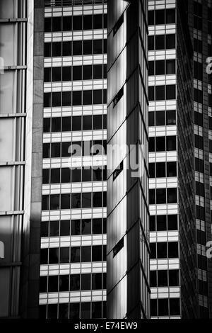 Résumé L'architecture moderne en noir et blanc, ville de centre-ville de Varsovie, Pologne. Banque D'Images