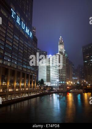 Une vue sur le Wrigley Building, Trump International Hotel and Tower, Chicago et de la rivière Chicago de nuit. Chicago, Illinois.