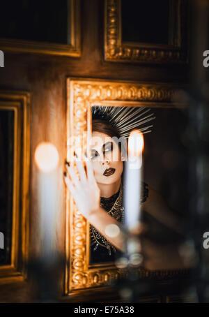 Portrait de mystérieux belle fille goth à la recherche dans le miroir Banque D'Images
