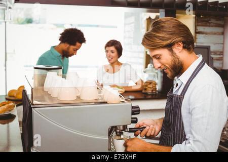 Faire Barista une tasse de café Banque D'Images