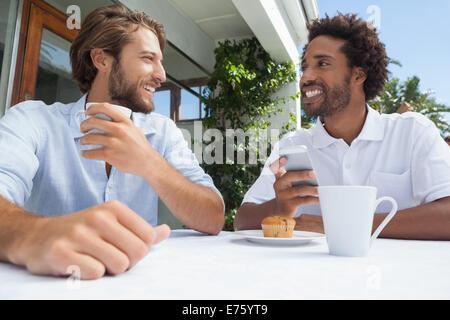 Deux amis appréciant café ensemble Banque D'Images