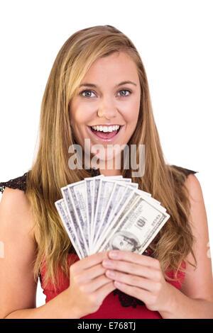Jolie blonde montrant liasse de paiement