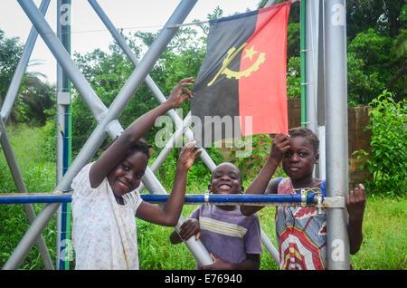 Smiling enfants angolais posant avec le drapeau de l'Angola Banque D'Images