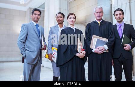 Les juges et les avocats unis dans courthouse Banque D'Images