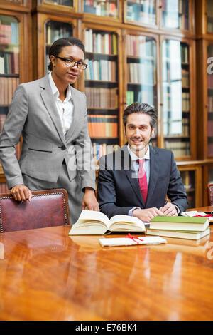 Les avocats qui font ensemble la recherche en chambres Banque D'Images