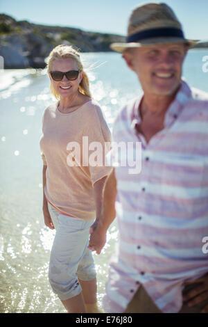 Couple en train de marcher dans l'eau ensemble Banque D'Images