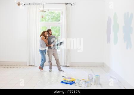 Couple à la peinture à l'ensemble du nuancier Banque D'Images