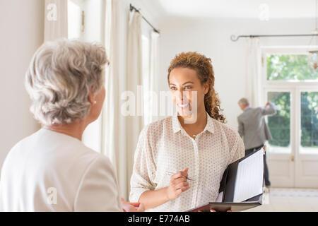 Deux femmes discutent dans l'espace de vie Banque D'Images