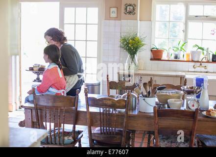 Grand-mère-fille offrant des cupcakes Banque D'Images