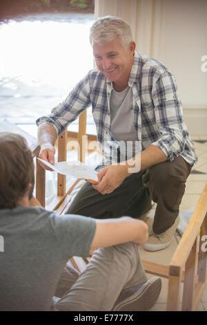Père et fils la fabrication de meubles à partir d'instructions Banque D'Images