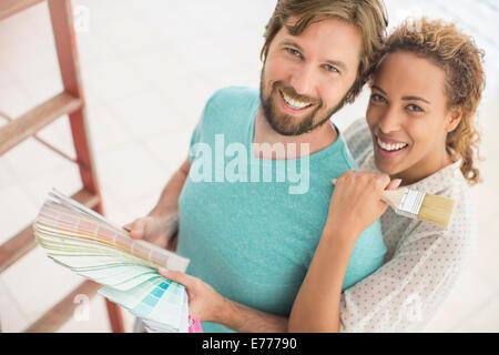 Couple à la peinture grâce à des échantillons Banque D'Images