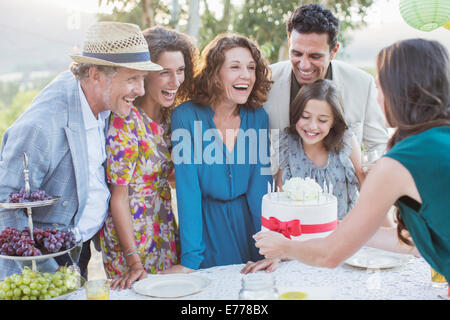 Avec Family celebrating birthday cake Banque D'Images