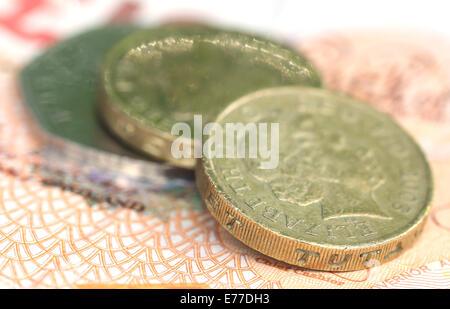 Close up of British Pound coins avec des billets de banque Banque D'Images