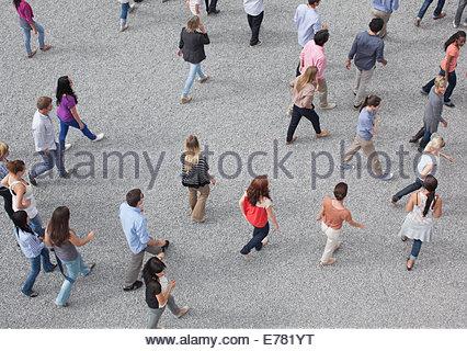 Foule de gens à pied Banque D'Images