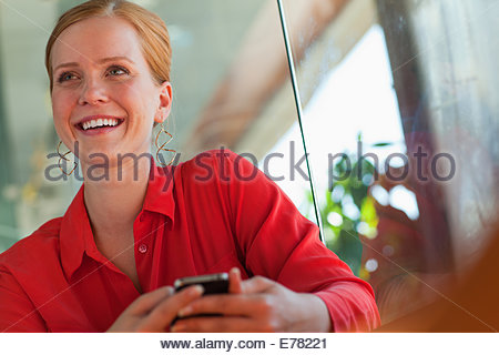 Smiling businesswoman using cell phone Banque D'Images
