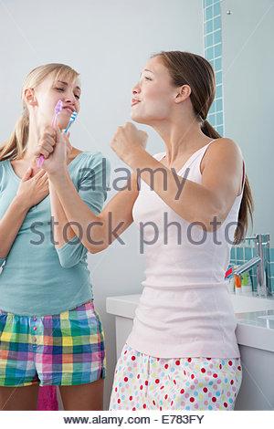 Deux copines dans une salle de bains ensemble singing Banque D'Images