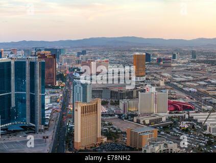 LAS VEGAS - 20 avril: Aperçu du centre-ville de Las Vegas dans la soirée le 20 avril 2014 à Las Vegas. C'est la ville la plus peuplée